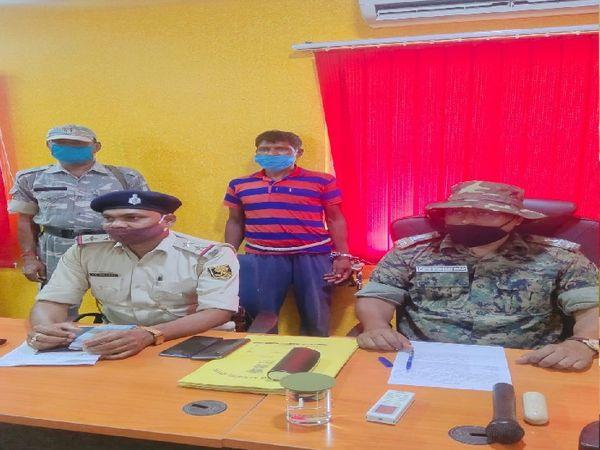 पुलिस की गिरफ्त में आरोपी शिव भुंइया। - Dainik Bhaskar