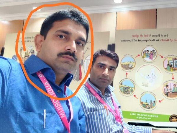 घेरे में आरोपी बैंक मैनेजर रविशंकर कुमार।- फाइल - Dainik Bhaskar