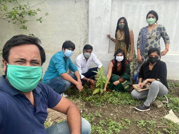 पौधरोपण के दौरान मौजूद संस्था के सदस्य। - Dainik Bhaskar