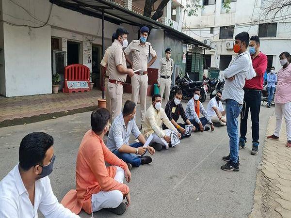 भाजपा नेताओं और पुलिस अफसरों की काफी देर तक बहस होती रही। - Dainik Bhaskar