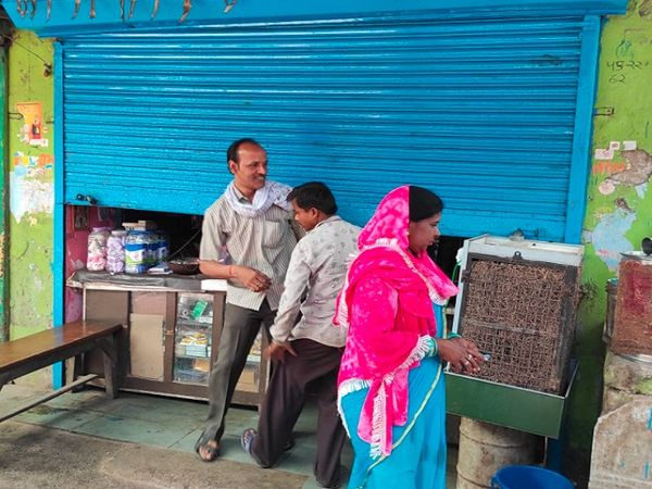 बिलासपुर में लोगों को जैसे ही मौका मिल रहा है, वे वैसे ही लापरवाह हो जा रहे हैं। लॉकडाउन के बावजूद लोग सामान लेने बड़ी संख्या में इस दुकान में पहुंचे थे, पुलिस पहुंची तो आधे से ज्यादा लोग वहां से भाग निकले। - Dainik Bhaskar