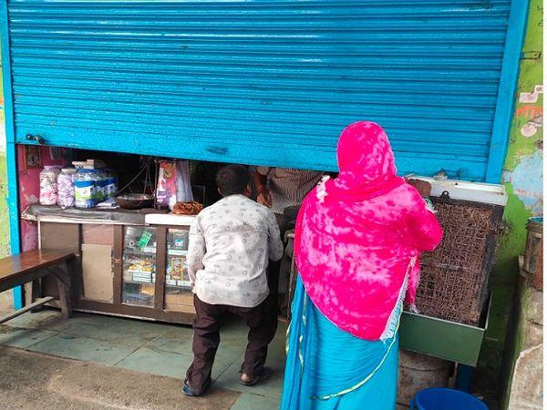 बिलासपुर में रविवार को टोटल लॉकडाउन घोषित है। इसके बावजूद दुकानदार दुकान का शटर आधा खोलकर सामान बेच रहा था।