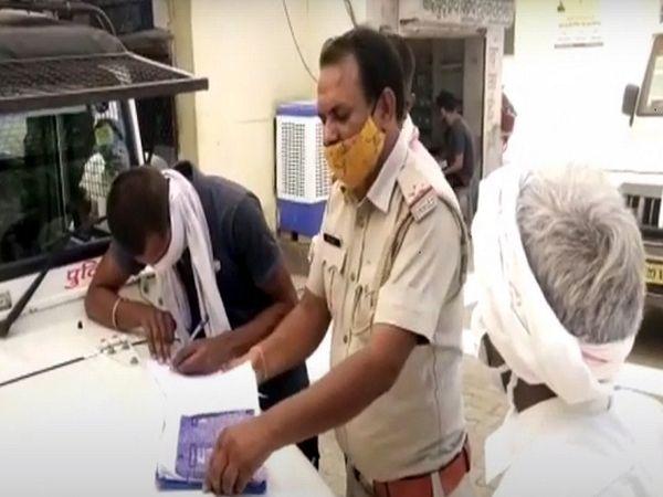 बांदीकुई में पोस्टमार्टम की कार्रवाई करती पुलिस। - Dainik Bhaskar