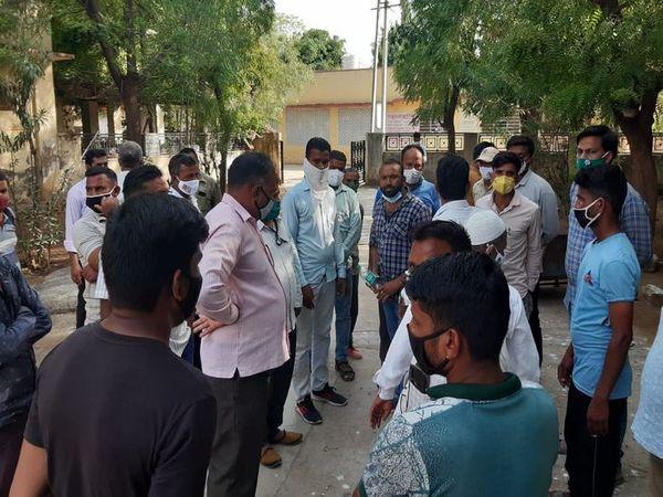 मोर्चरी के बाहर पुलिस-परिजन - Dainik Bhaskar