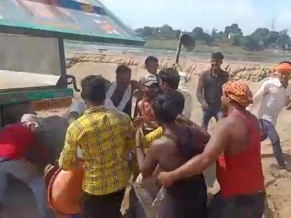 मजदूरों ने मारने के लिए एक-दूसरे पर फावड़े, तगाड़ी उठाई। - Dainik Bhaskar