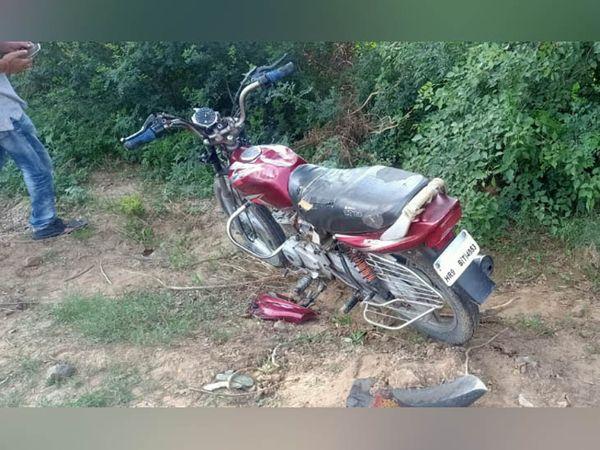 घटनास्थाल पर खड़ी हादसे में क्षतिग्रस्त मोटरसाइकल।