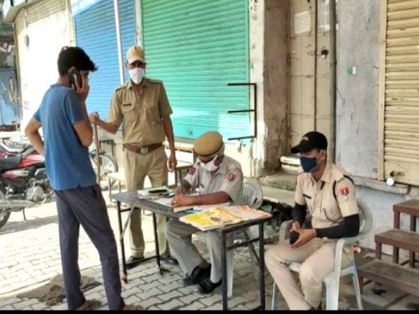 कार्ड लेकर घूम रहे युवक को पकड़ा। - Dainik Bhaskar