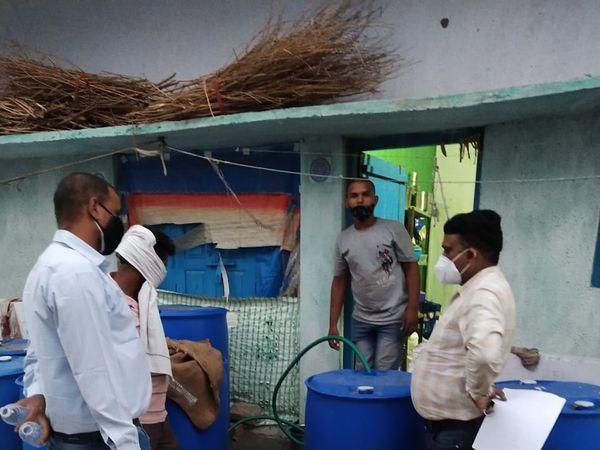 निरीक्षण टीम ने तेल के 10 ड्रम जब्त करते हुए सील कर दिया। - Dainik Bhaskar