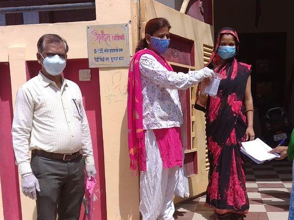 चिकित्सा विभाग की टीमें घर घर सर्वे कर मेडिकल किट बांट रही है - Dainik Bhaskar