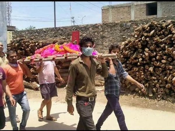 युवाओं ने चंदा इकट्ठा कर लंगूर की शव यात्रा निकाली। - Dainik Bhaskar