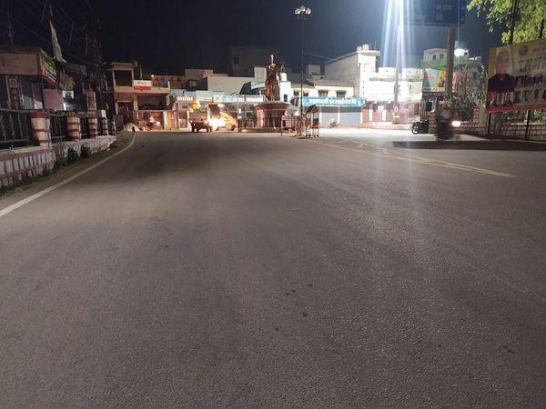 तस्वीर जशपुर शहर के महराजा चौक की है। जहां लॉकडाउन के दौरान सन्नाटा पसरा रहा। जिले में अब भी शाम 6 बजे से अगले दिन सुबह 6 बजे तक नाइट कर्फ्यू जारी रहेगा। - Dainik Bhaskar