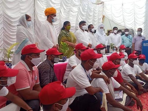 कैप लगाए हुए नगर परिषद टीम। - Dainik Bhaskar