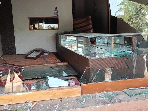 चोरों ने दुकान में हाथ साफ किया। - Dainik Bhaskar