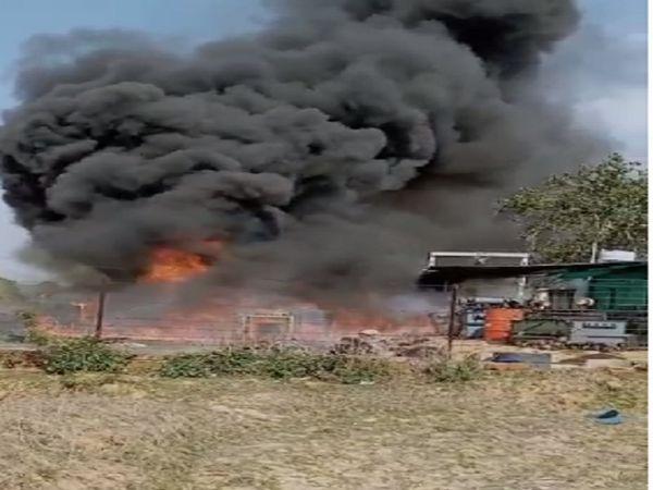 मनेंद्रगढ़ से 10 किलोमीटर दूर स्थित गांव की फैक्ट्री में 3 बजे अचानक एक धमाका हुआ फिर भीषण आग लग गई। - Dainik Bhaskar