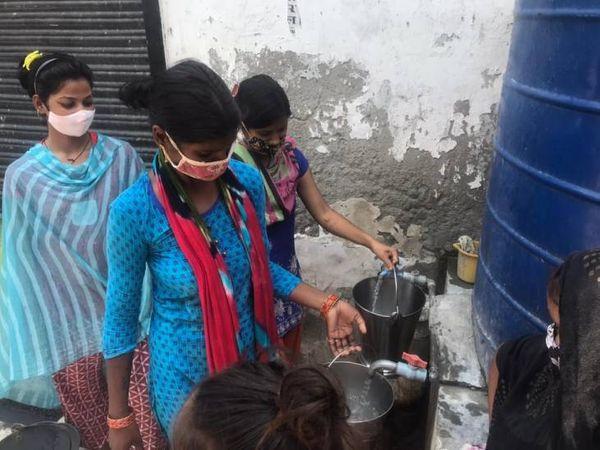 इस्लामईल गंज की 80 फीसदी आबादी जलकल की तरफ से सप्लाई वाले पानी पर निर्भर है। उन्होंने बताया कि पानी कठौता से आता है लेकिन वहां से प्रेशर कम हो गया है।  - Dainik Bhaskar