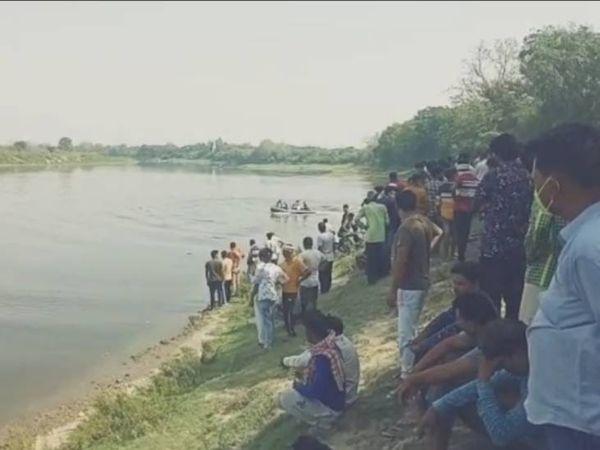 शनिवार दोपहर एक बजे तीनों बच्चे यमुना में नहाने निकले थे। मगर देर शाम तक वह घर नहीं लौटे। बाद में पता चला कि तीनों यमुना में डूब गए हैं। - Dainik Bhaskar