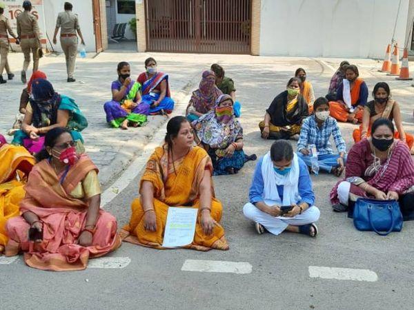 प्रयागराज में आईजी दफ्तर के सामने धरना प्रदर्शन करतीं स्वयं संगठन की महिलाएं। - Dainik Bhaskar