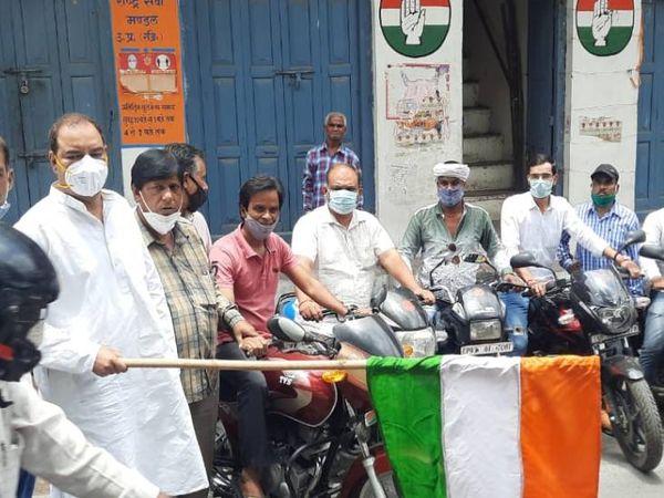 शहर अध्यक्ष अरविंद वशिष्ठ ने झंडी दिखाकर टास्क फोर्स को रवाना किया। - Dainik Bhaskar
