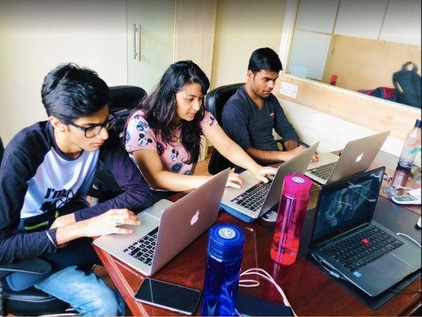 सुधांशु की टीम वेबसाइट डेवलपमेंट के साथ-साथ बड़े बड़े सेलिब्रिटी और नेताओं के अकाउंट मैनेज करने का काम करती है।