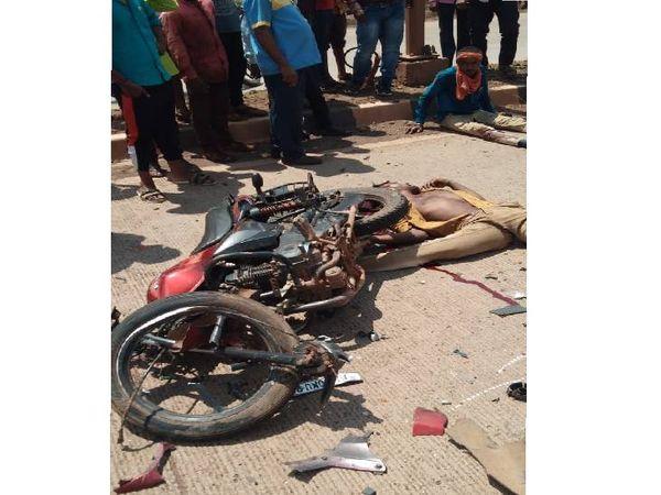 एनएच-30 पर धमधा गांव के पास 50 मीटर तक फिसल गई बाइक, दो की मौत। - Dainik Bhaskar