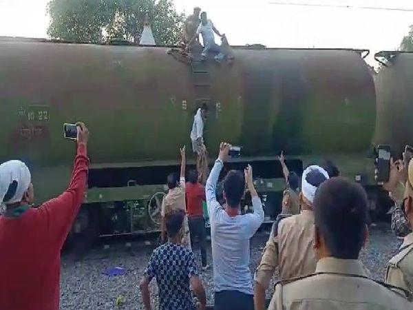 स्टेशन पर मौजूद लोगों ने रेलवे को आग लगने की सूचना दी। - Dainik Bhaskar