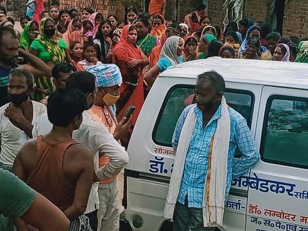 घटनास्थल पर जुटी लोगों की भीड़। - Dainik Bhaskar
