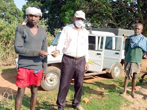 मृतका के परिजनों को वन विभाग के रेंजर वृंदा पांडेय द्वारा 25 हजार रुपया सहायता राशि दी गई। - Dainik Bhaskar