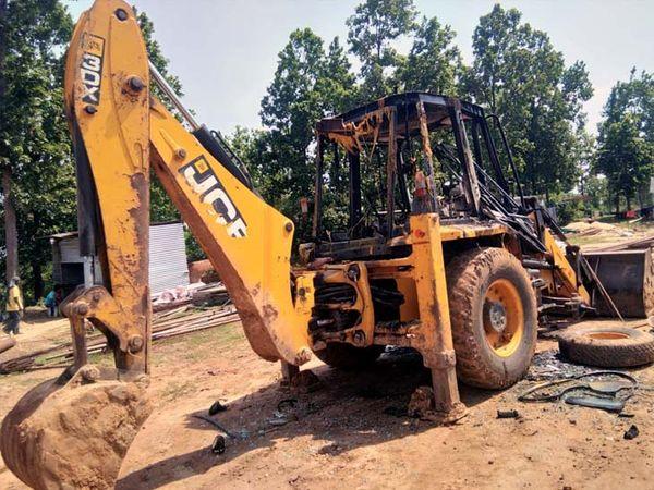 उग्रवादियों ने वाहन में आग लगाने के बाद तीन मजदूरों को पीटा और जाते वक्त 5 राउंड हवाई फायरिंग की। - Dainik Bhaskar