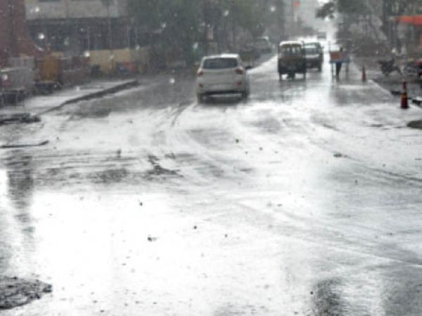 रविवार दिन में हुई बारिश से शहर की सड़कें हुई तरबतर। - Dainik Bhaskar