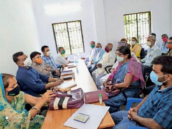 हायाघाट समीक्षात्मक बैठक में भाग लेते डीपीआरओ, बीडीओ व अन्य। - Dainik Bhaskar