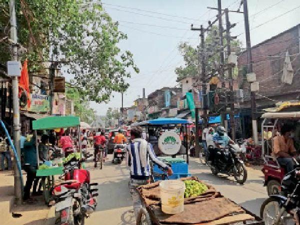 वीकेंड ऑफ में रविवार को लखीसराय शहर की मुख्य सड़क पर भीड़। - Dainik Bhaskar