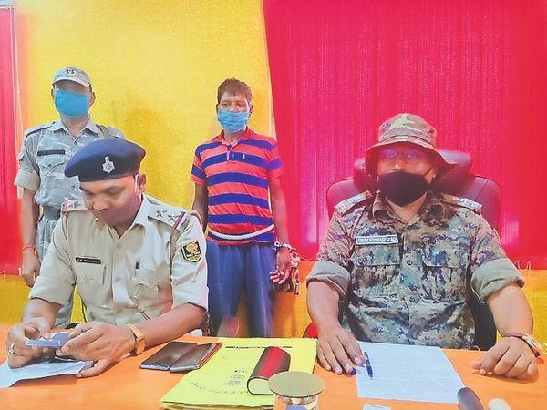 प्रेस वार्ता करते एसपी अभियान व थानाध्यक्ष। - Dainik Bhaskar
