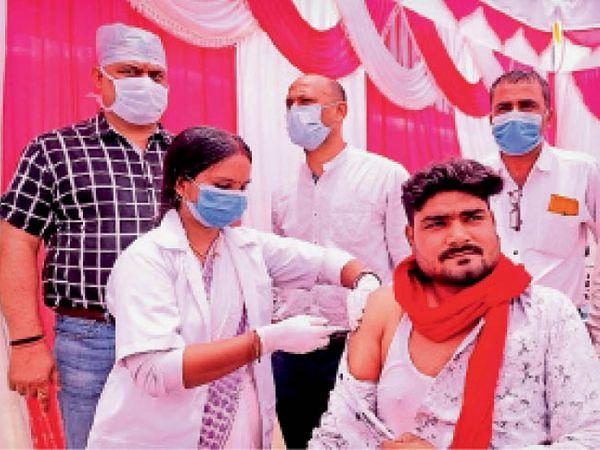 वैक्सीन केंद्र का निरीक्षण करते डीपीएम। - Dainik Bhaskar