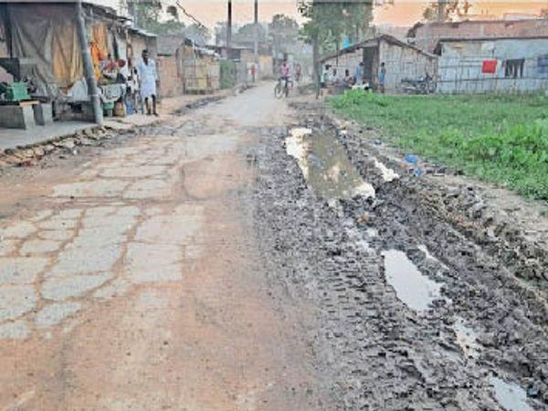 कहरा ब्लॉक मोड़ के पास बना जानलेवा सड़क। - Dainik Bhaskar