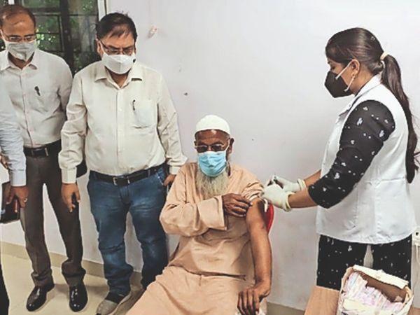 डीएम के साथ बैठक के बाद कोरोना टीका लगवाते धर्मगुरु। - Dainik Bhaskar