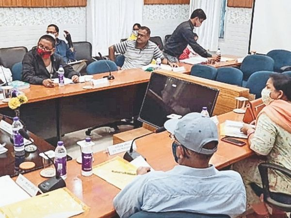 बैठक में भाग लेते मेयर, नगर आयुक्त और सदस्यगण। - Dainik Bhaskar