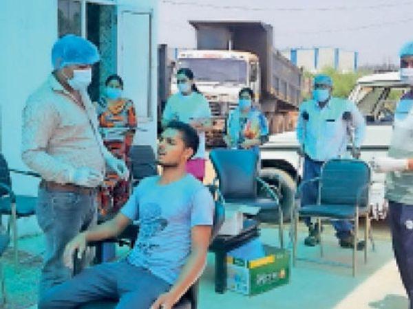 शहजादपुर में सैंपल देते लोग। - Dainik Bhaskar