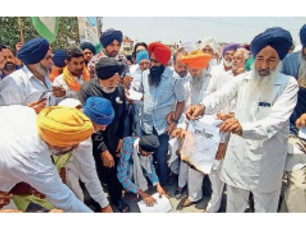 सिटी में विधायक असीम गाेयल की काेठी के बाहर कृषि कानूनाें की प्रतियां जलाते किसान। - Dainik Bhaskar
