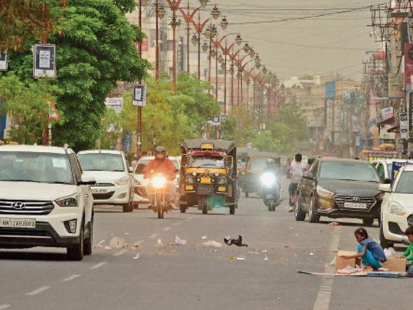 दिल्ली राेड पर शाम 4 बजे आंधी के बीच गुजरते वाहन। - Dainik Bhaskar