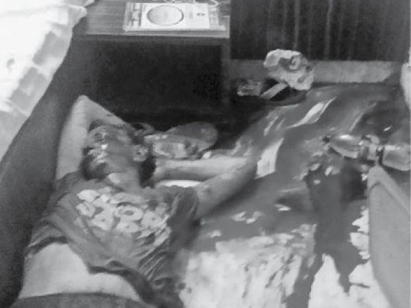 होटल के कमरे में फर्श पर पड़ा पूर्व सैनिक का शव। - Dainik Bhaskar