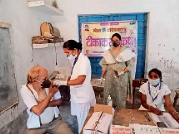 कोरोना की वैक्सीन लगाती महिला स्वास्थ्य कर्मी। - Dainik Bhaskar
