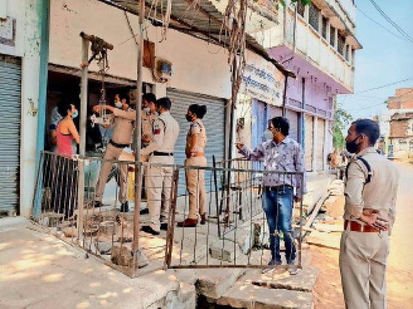 बल्देवगढ़| पुलिस एवं प्रशासन द्वारा नगर भ्रमण के दौरान दुकान खुली मिलने पर सील किया गया। - Dainik Bhaskar