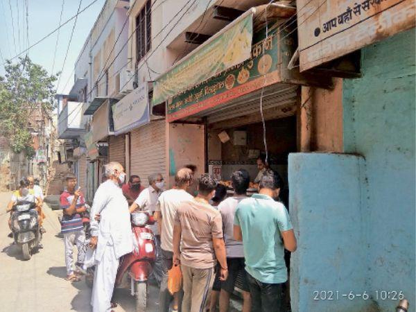 भिवानी. हालु बाजार चौक से पहले एक समौसे की दुकान पर रविवार को समौसे लेने के लिए बिना सोशल डिस्टेंस के खड़े लोग। - Dainik Bhaskar