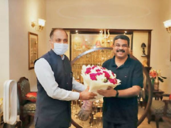 नई दिल्ली में पेट्रोलियम मंत्री धर्मेंद्र प्रधान से मिलते सीएम जयराम ठाकुर। - Dainik Bhaskar