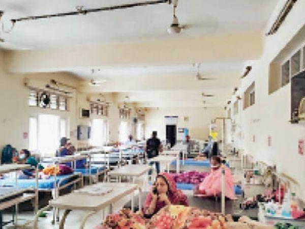 हमीरपुर मेडिकल कॉलेज में अब चुनिंदा मरीज पहुंच रहे हैं। - Dainik Bhaskar