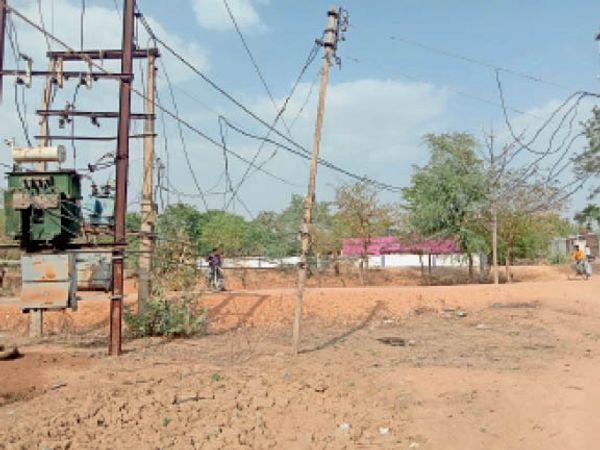 बम्हाेरी बराना| जमीन पर लटकते विद्युत तारों से हादसे का खतरा। - Dainik Bhaskar