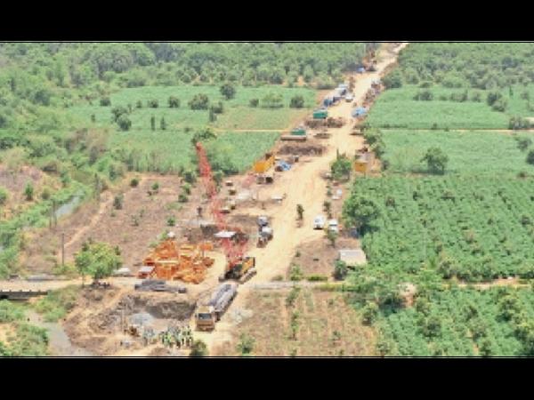 वापी से वडोदरा रूट पर वलसाड से सूरत के बीच अलाइनमेंट का काम चल रहा है। - Dainik Bhaskar