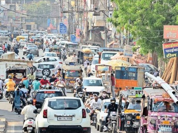 झज्जर राेड पर जाम के दौरान वाहनों की लगी लाइन। - Dainik Bhaskar
