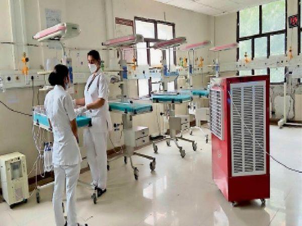 सिविल के एसएनसीयू वार्ड में पर्याप्त स्टाफ न होने के कारण एक समय में 5 से 7 नर्सिंग स्टूडेंट्स बच्चों की देखरेख करती हैं। (फाइल फोटो) - Dainik Bhaskar