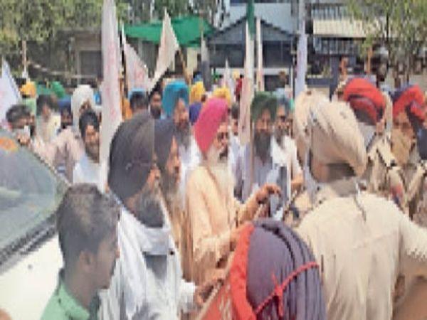 भाजपा जिलाध्यक्ष की कोठी के बाहर प्रदर्शनकारियों को रोकती पुलिस। - Dainik Bhaskar